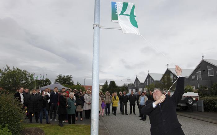 Ómar Stefánsson,varaformaður bæjarráðs,  afhjúpaði skjöld þar sem fram kemur að Lindasmári er gata ársins 2013.