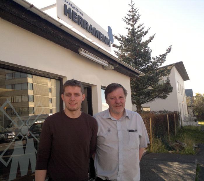 Feðgarnir Andri Týr Kristleifsson og Gauti Torfason reka saman rakarastofuna Herramenn, eitt af elstu fyrirtækjum bæjarins.