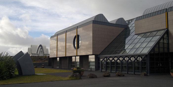 Heildarútgjöld bæjarins verða skv. áætluninni 21,4 milljarðar króna á næsta ári en tekjur 22 milljarðar.