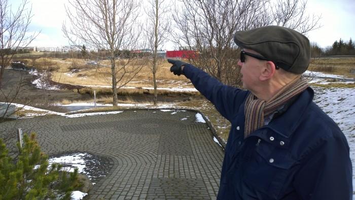 Björn bendir á vélbyssuhreiðrið sem er fyrir neðan Nestissjoppuna.