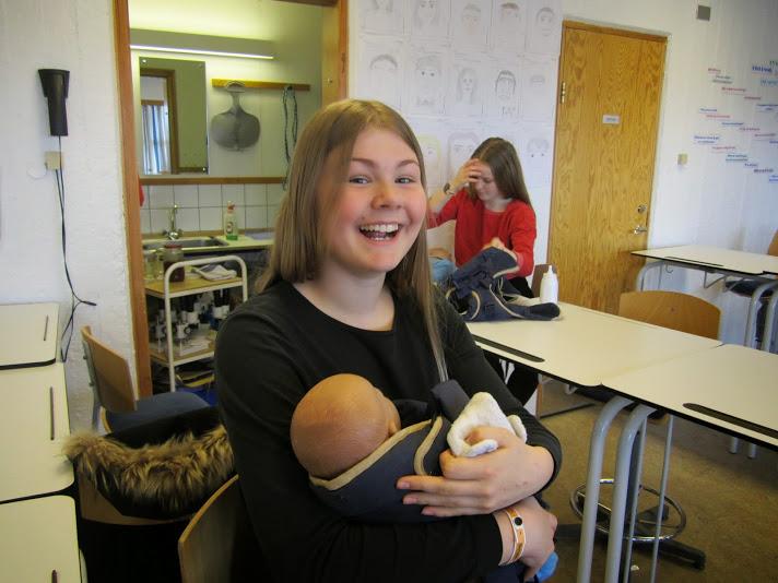 Nemendur í félagsfærni í Snælandsskóla æfðu sig í foreldrahlutverkinu.