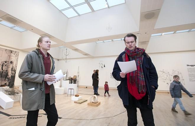 Ljóðskáldin Adolf Smári Unnarsson og Birnir Jón Sigurðsson leyfðu gestum í sundlaug Kópavogs að njóta ljóðlistarinnar.